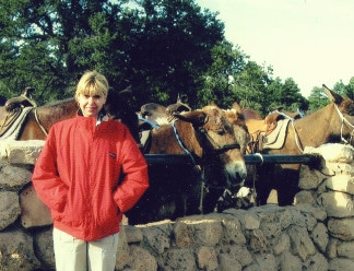 Marianne-standing-infront-of-mules