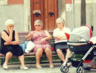 Women-chatting-in-Venice