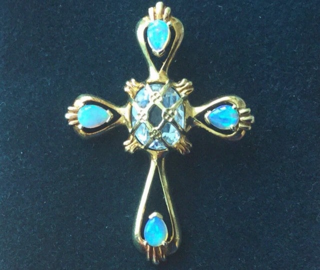 Model for jewelled aquamarine cross Lorenzo gives Caterina.